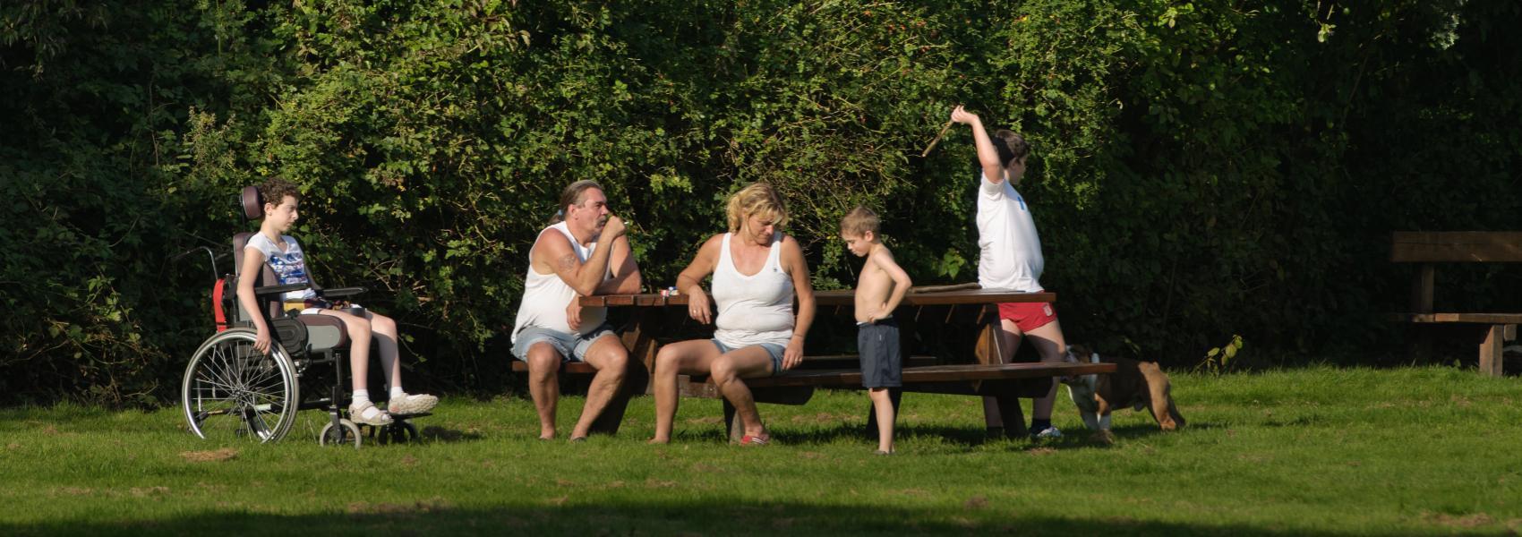 gezin op een picknickbank