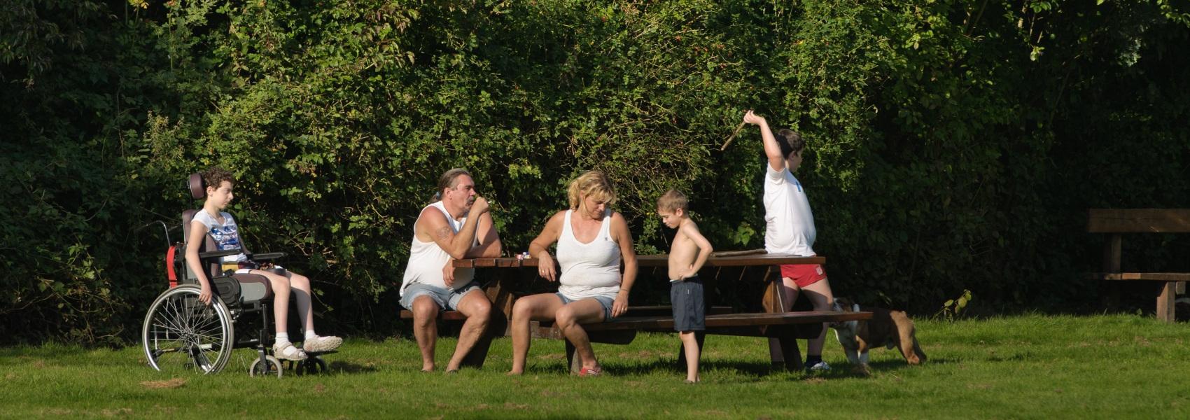mensen op picknickbank
