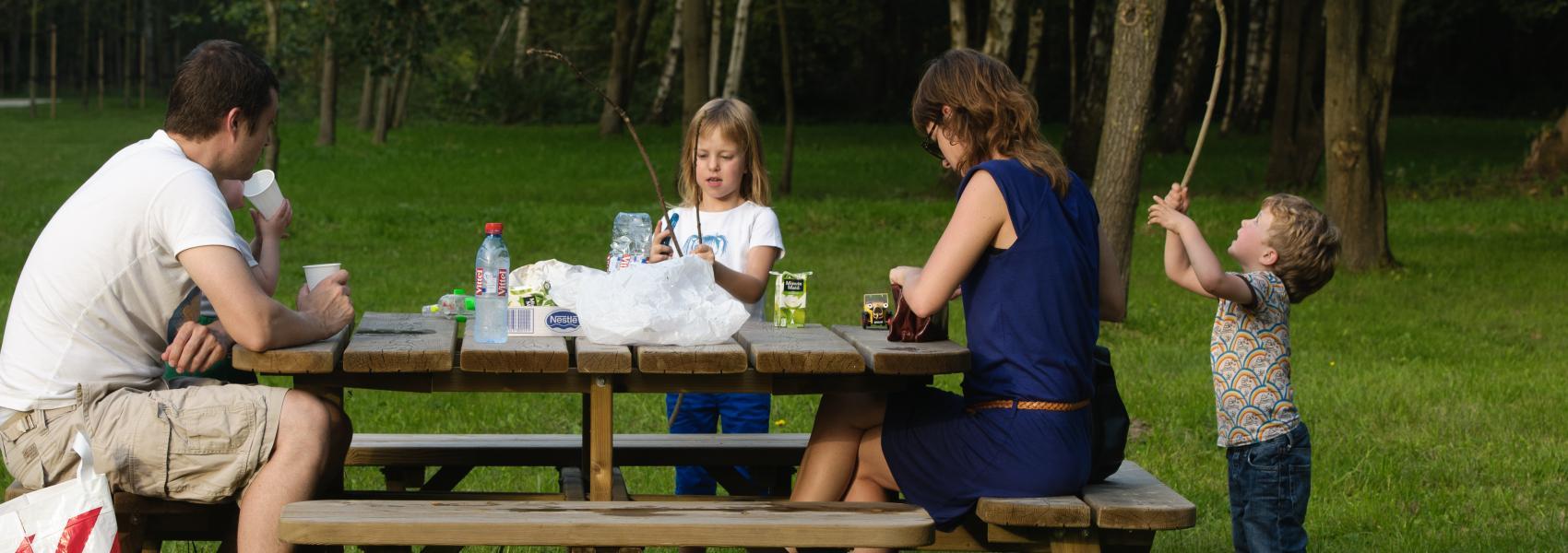 gezin op een picknickbankje