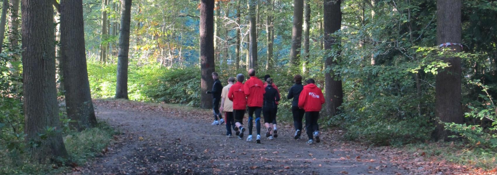 joggers in het bos