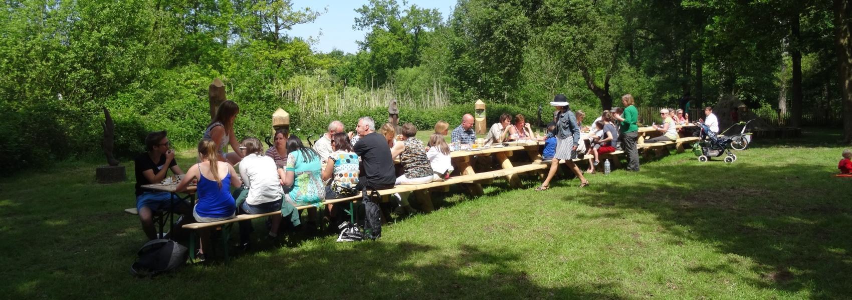 groep aan lange picknicktafel