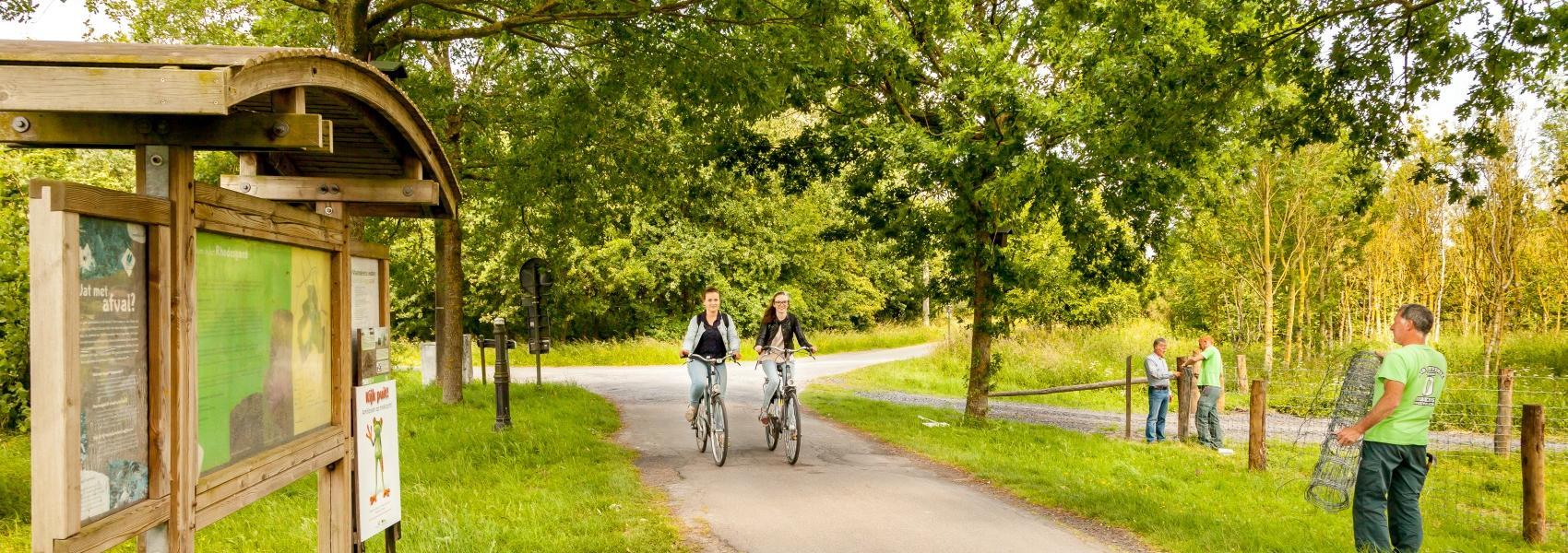 2 fietsers langs infobord