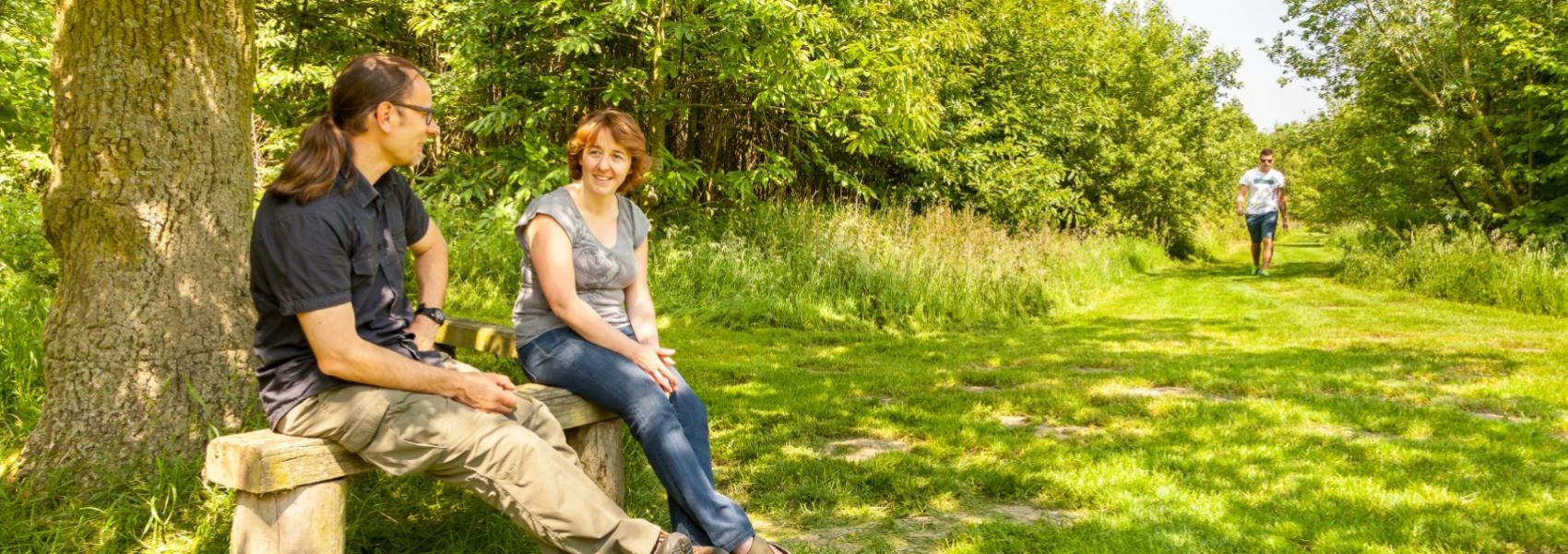 2 mensen op een bankje bij een boom