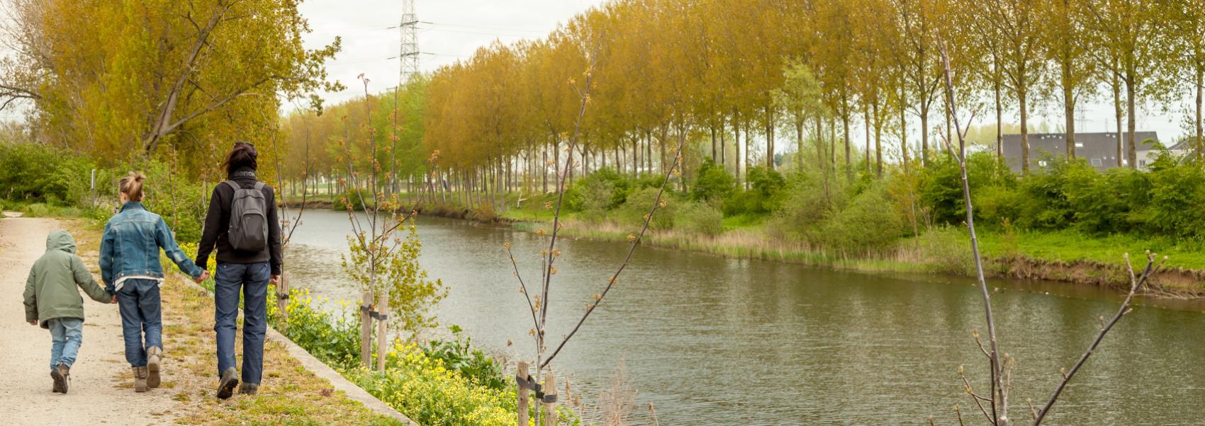 gezin aan het wandelen langs het kanaal