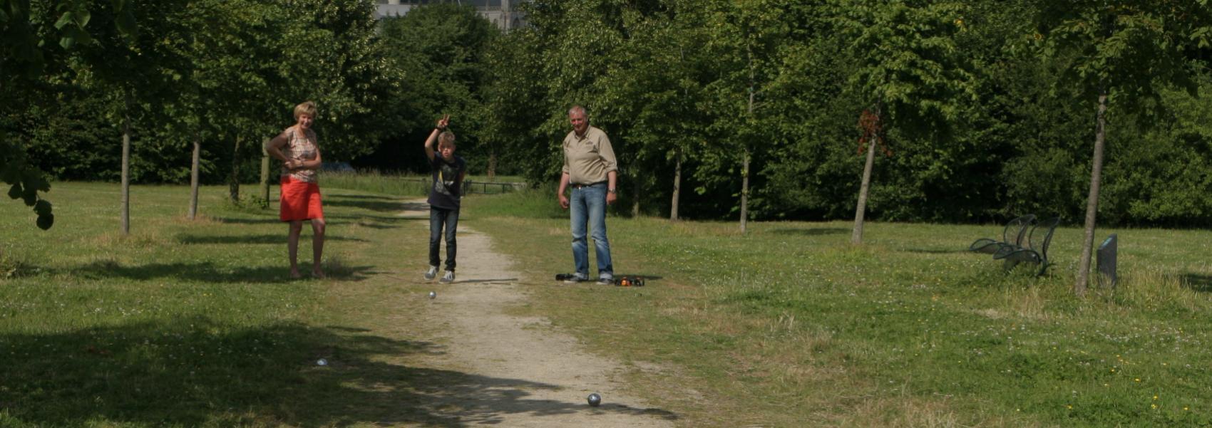 mensen die petanque spelen in De Balokken