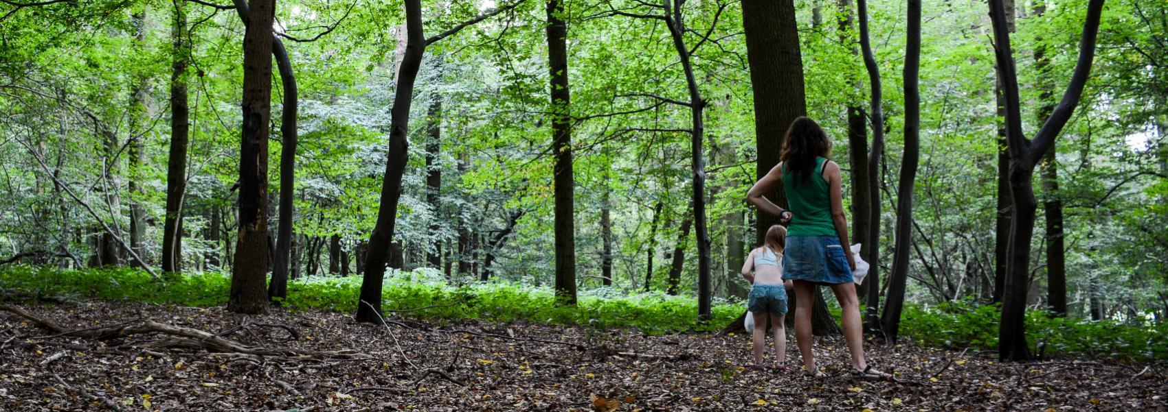 2 meisjes in het bos