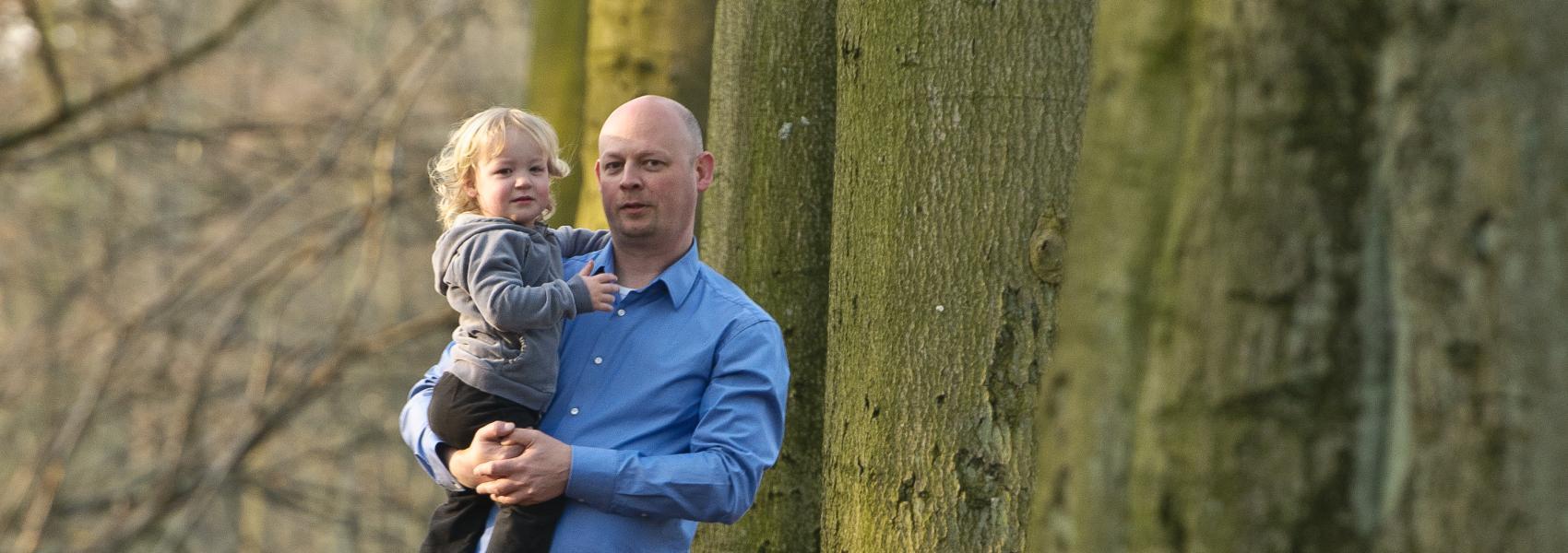 papa met dochter in het bos