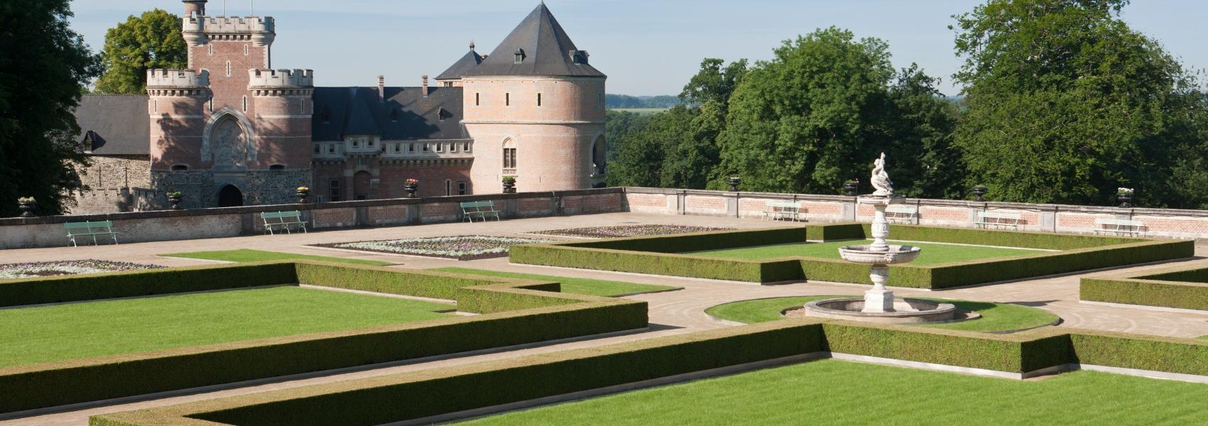 zicht op de siertuin en het kasteel