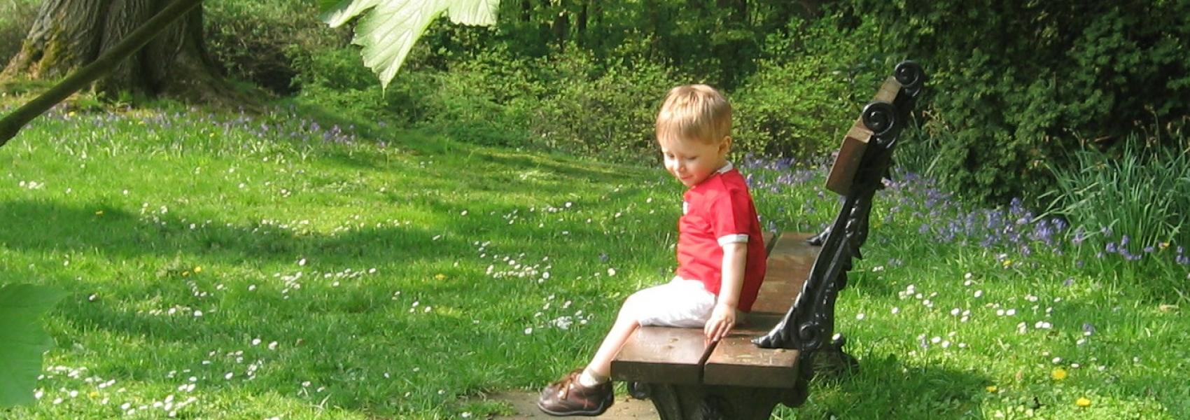 kind op een bank