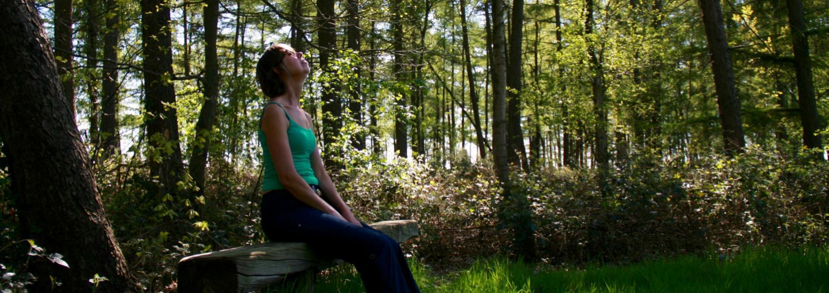 vrouw op bankje genietend van de zon