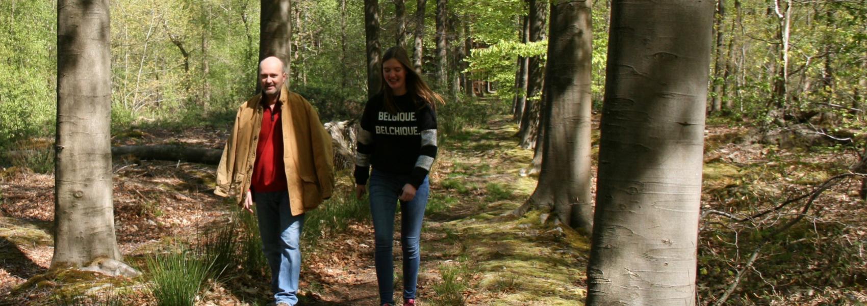2 wandelaars in het bos