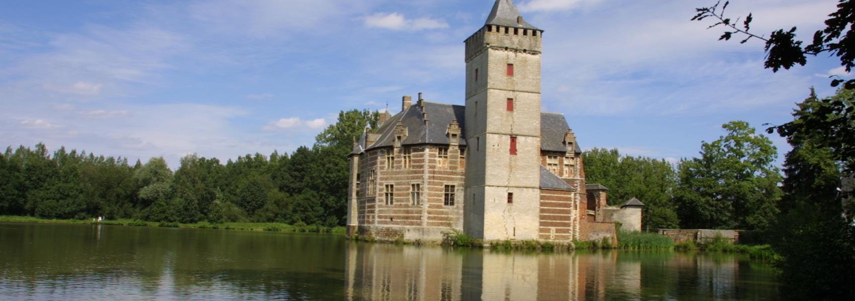 zicht op het kasteel bij het water