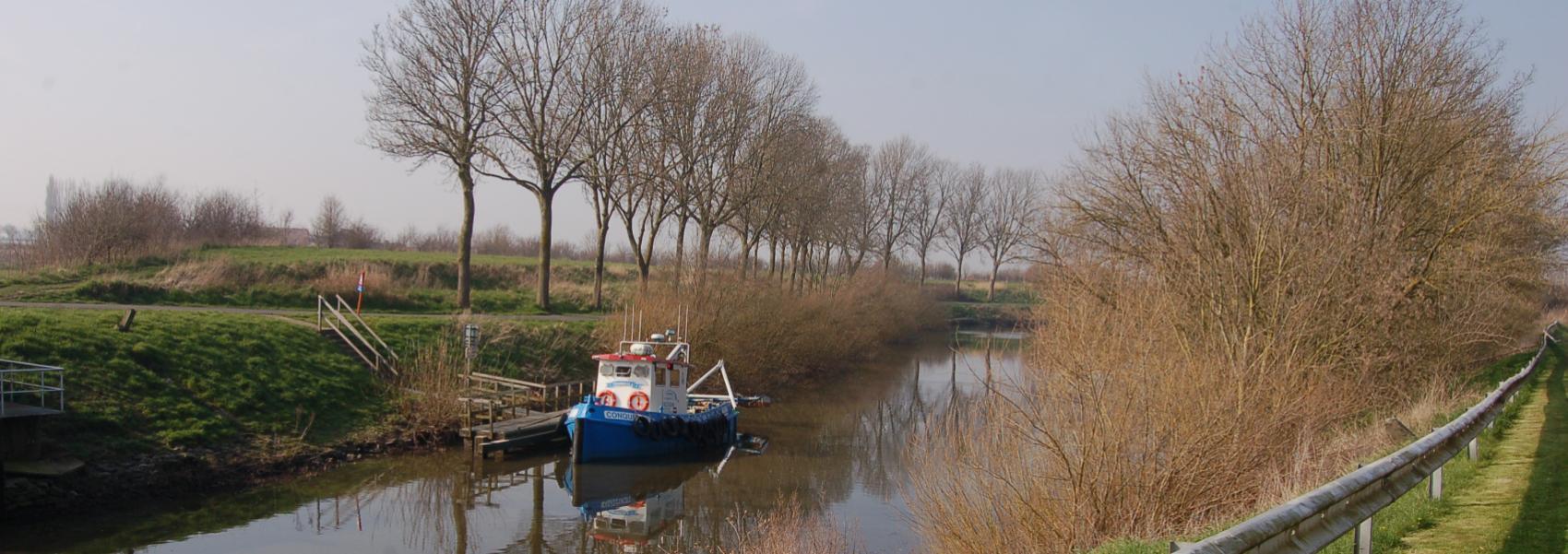 bootje op het kanaal