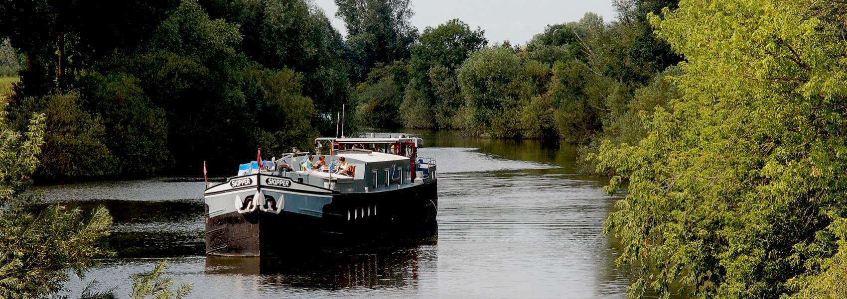 platboot op het kanaal