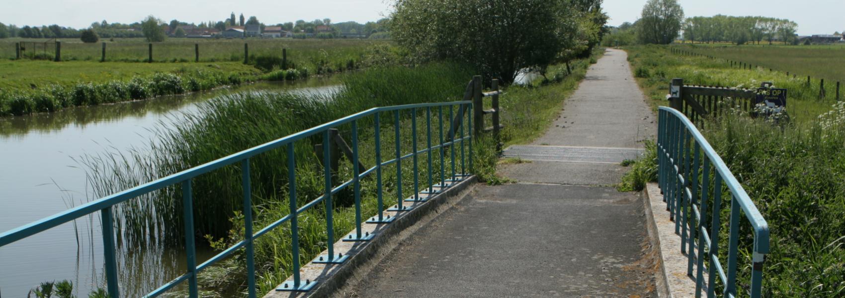 fietsbrug door het landschap