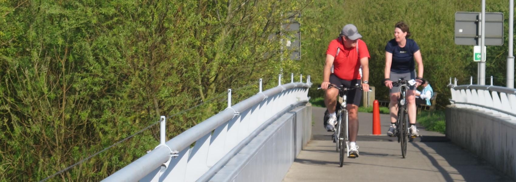 fietsers op de brug