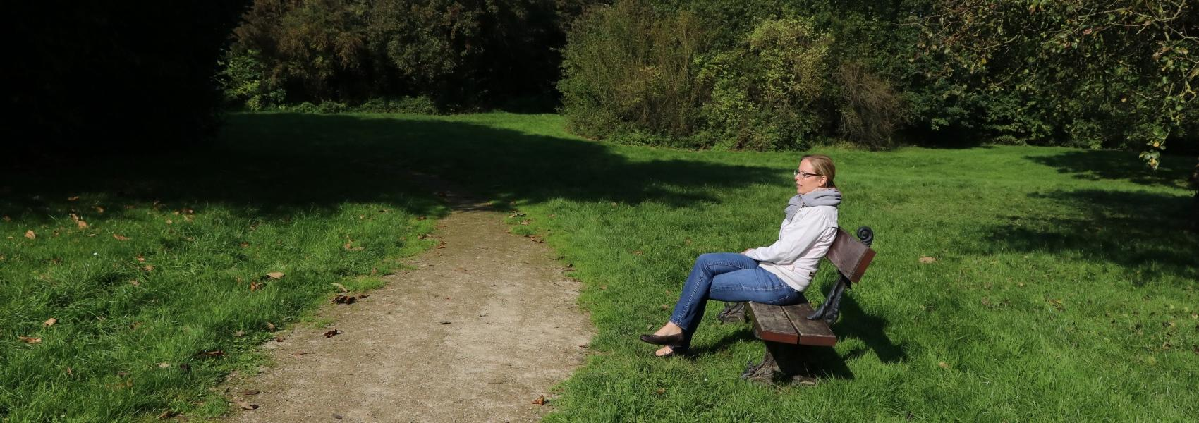 vrouw op bankje