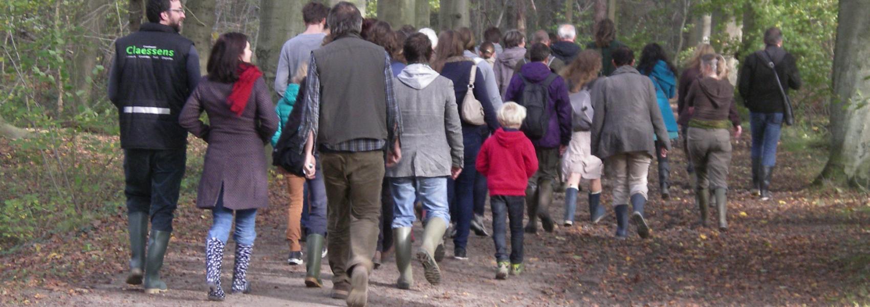 groep wandelaars in het bos