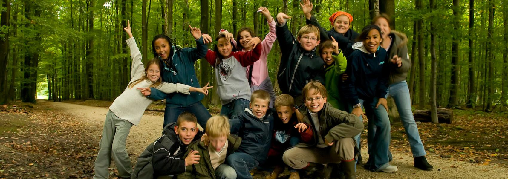 kinderen in het bos