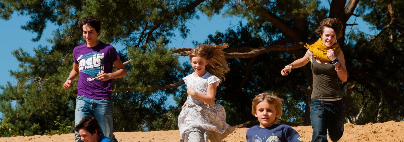spelende kinderen in de duinen