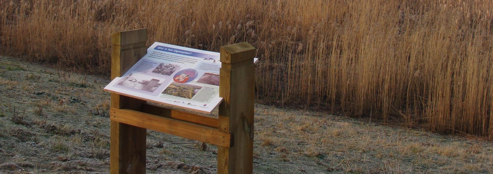 leerpadbord met op de achtergrond het landschap