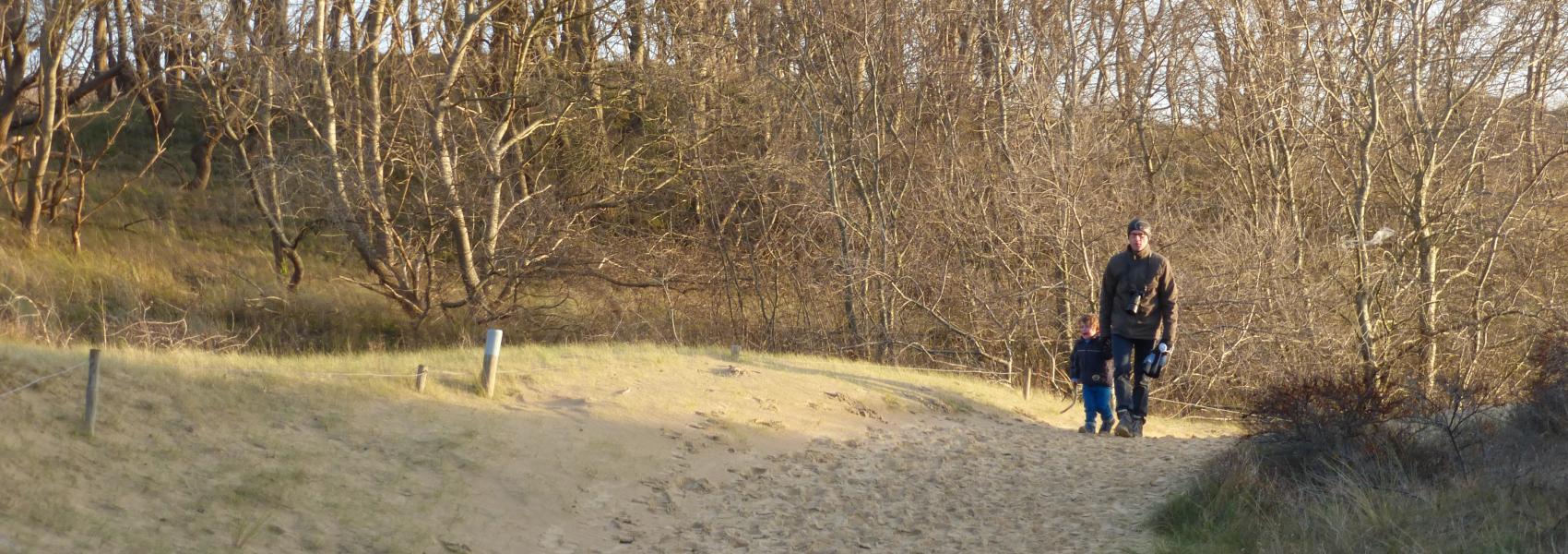 2 wandelaars in de duinen