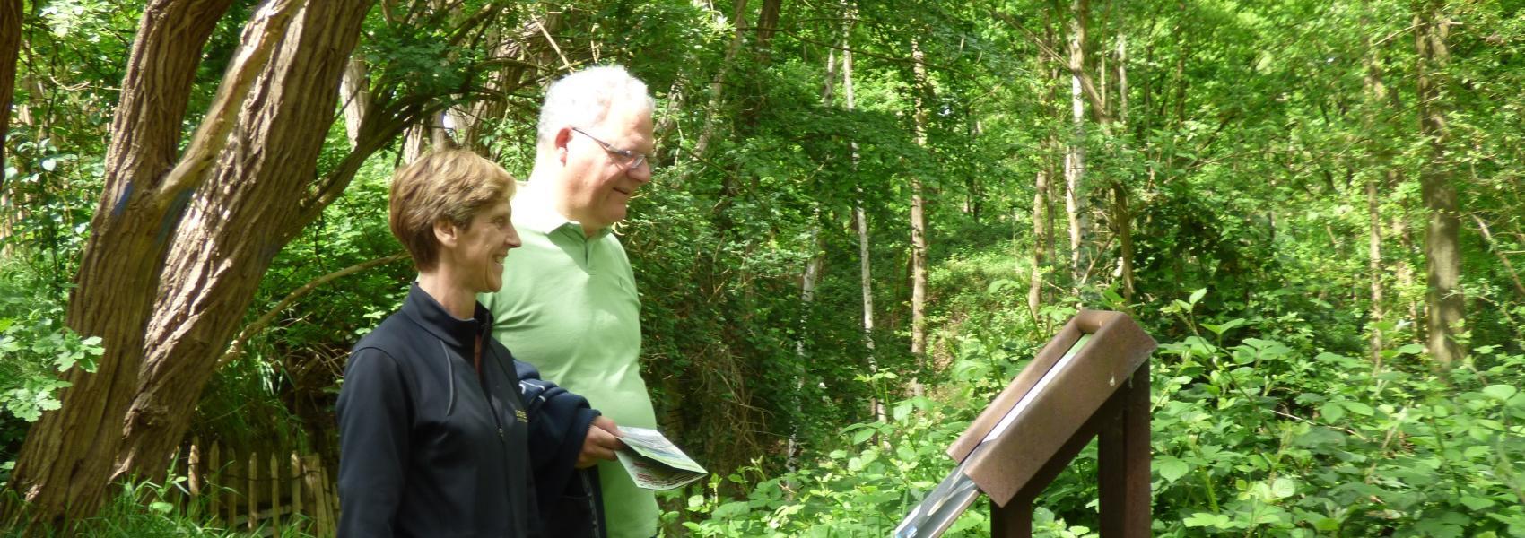2 mensen bekijken een infobord