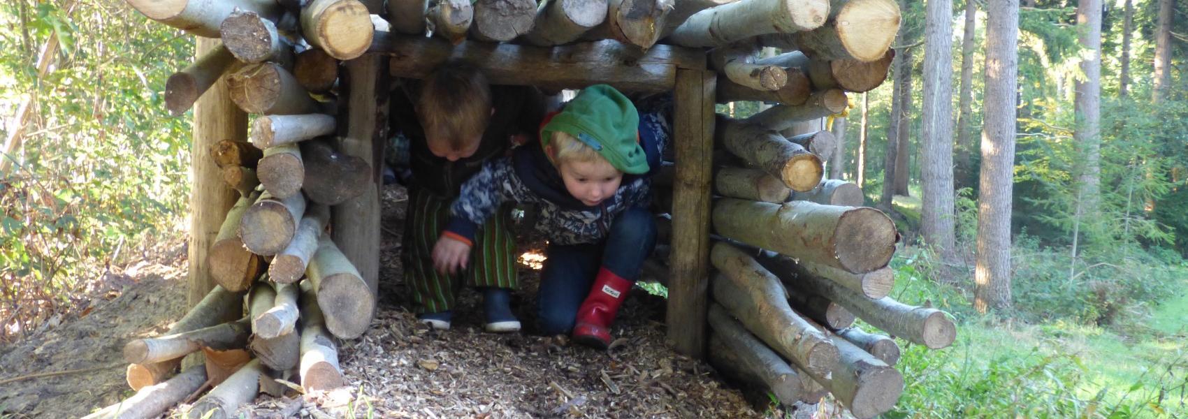 2 kinderen in kruiptunnel