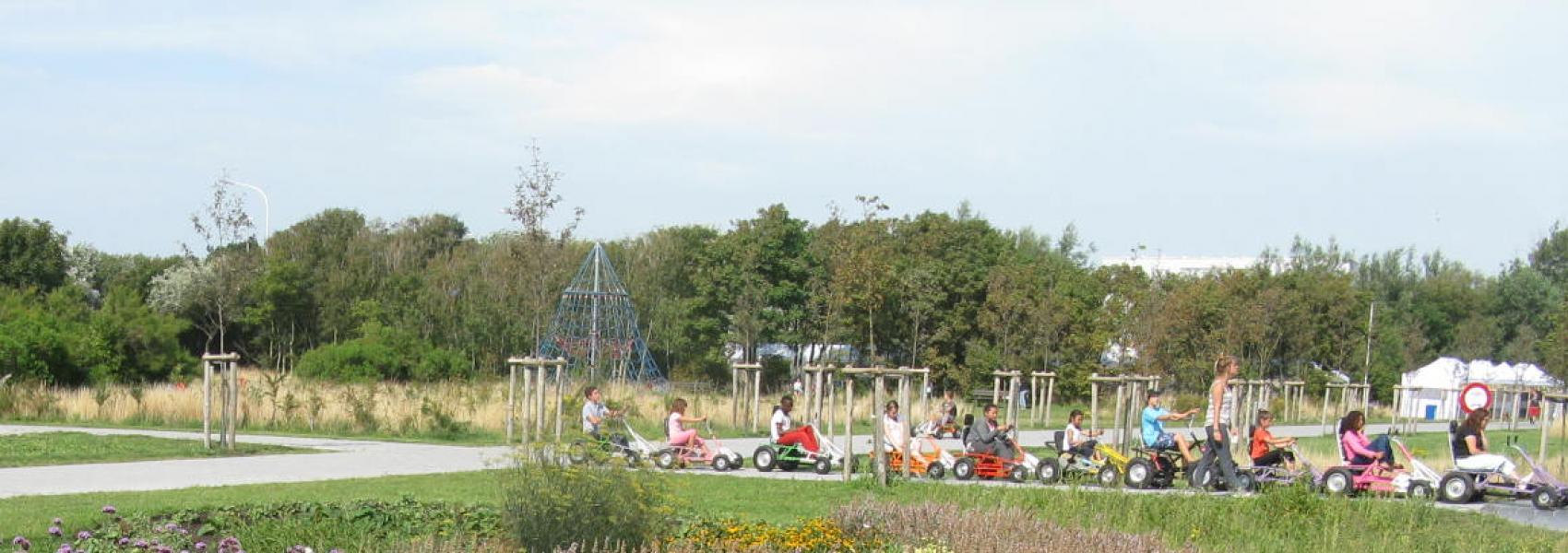 kinderen op go-carts