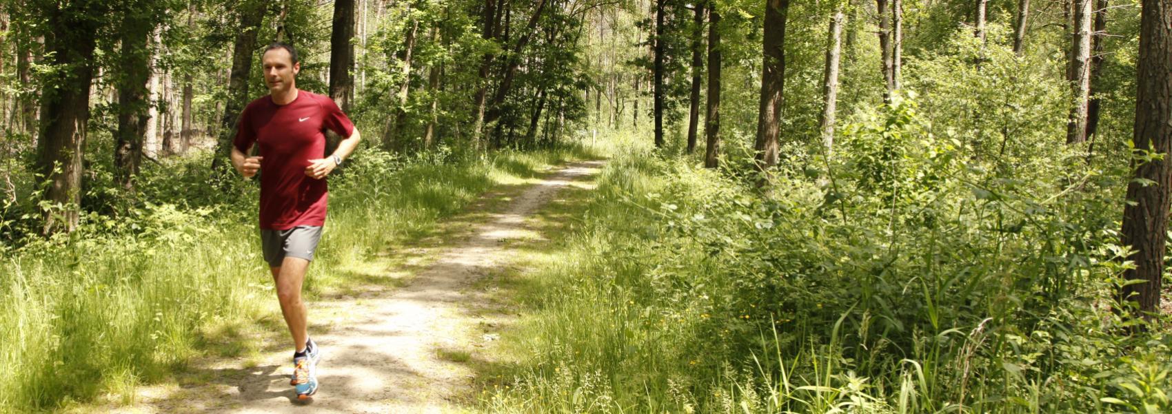 een loper in het bos