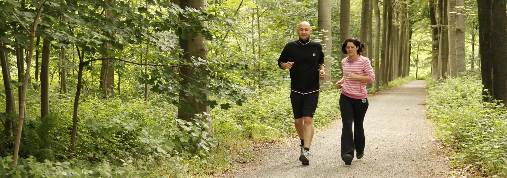 2 joggers in het bos