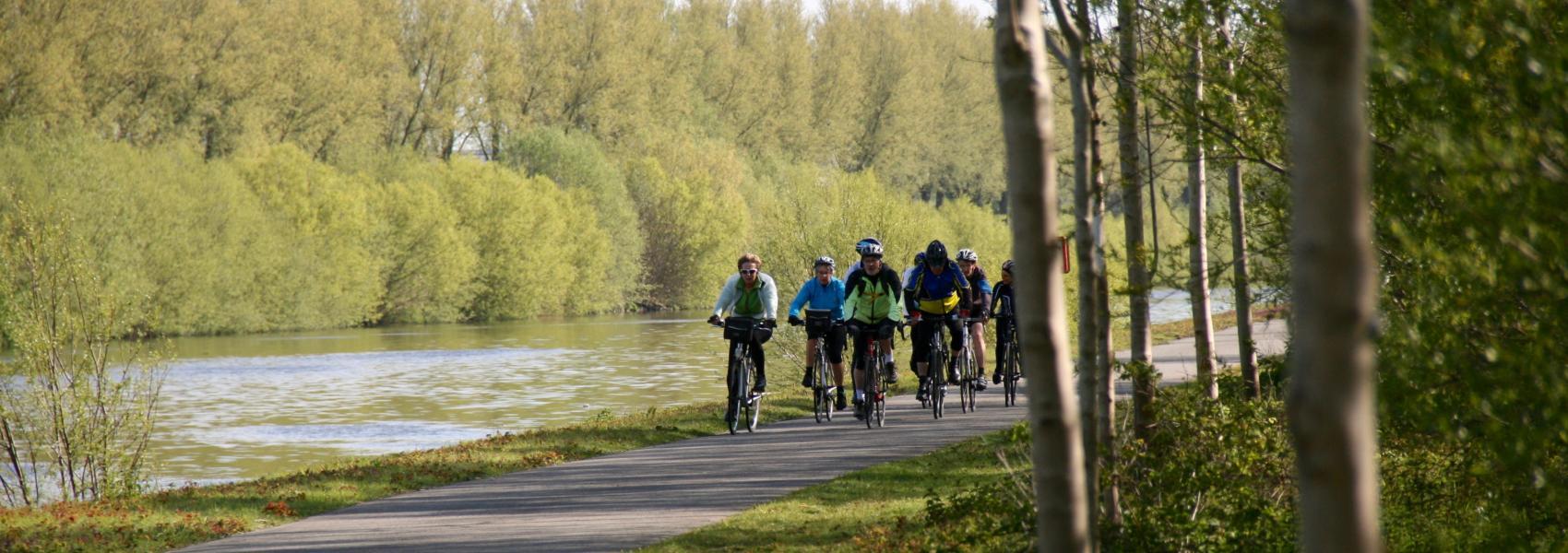 fietsers langs het kanaal