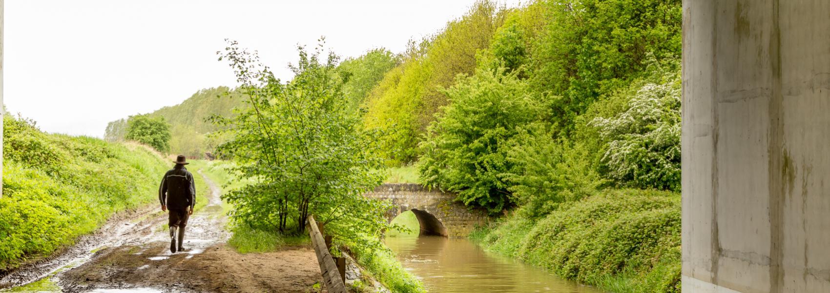 wandelaar onder de brug
