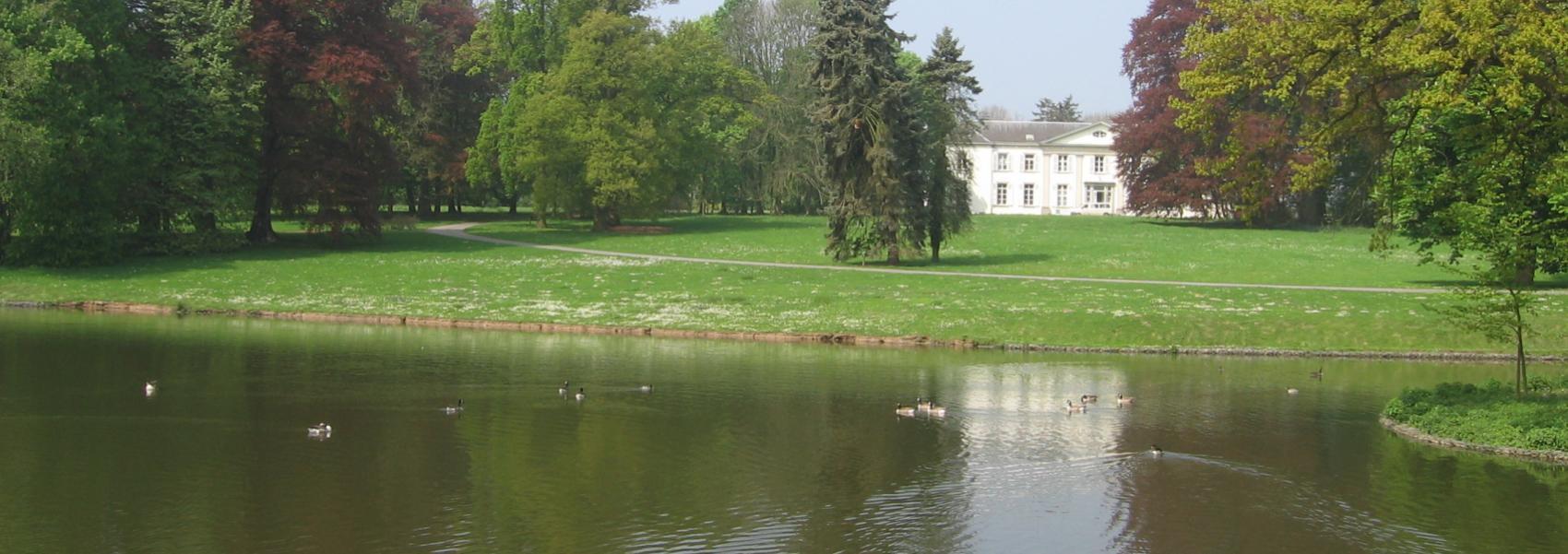 zicht op het water met op de achtergrond het kasteel