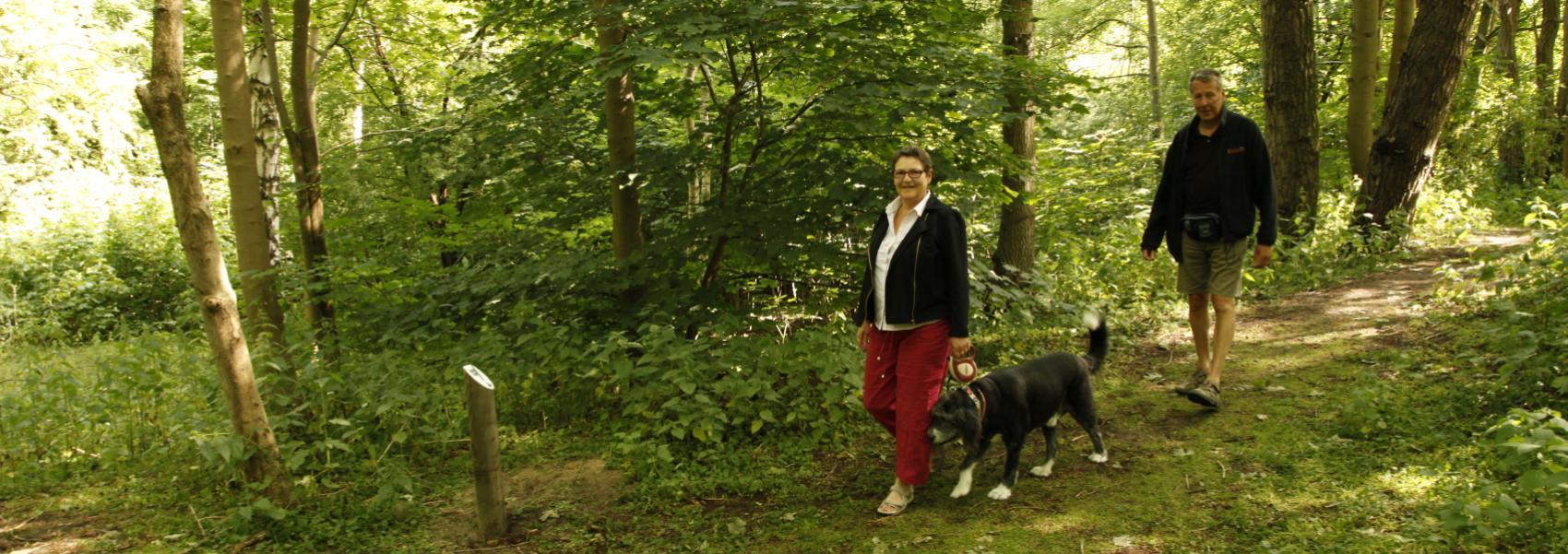 2 wandelaars met een hond