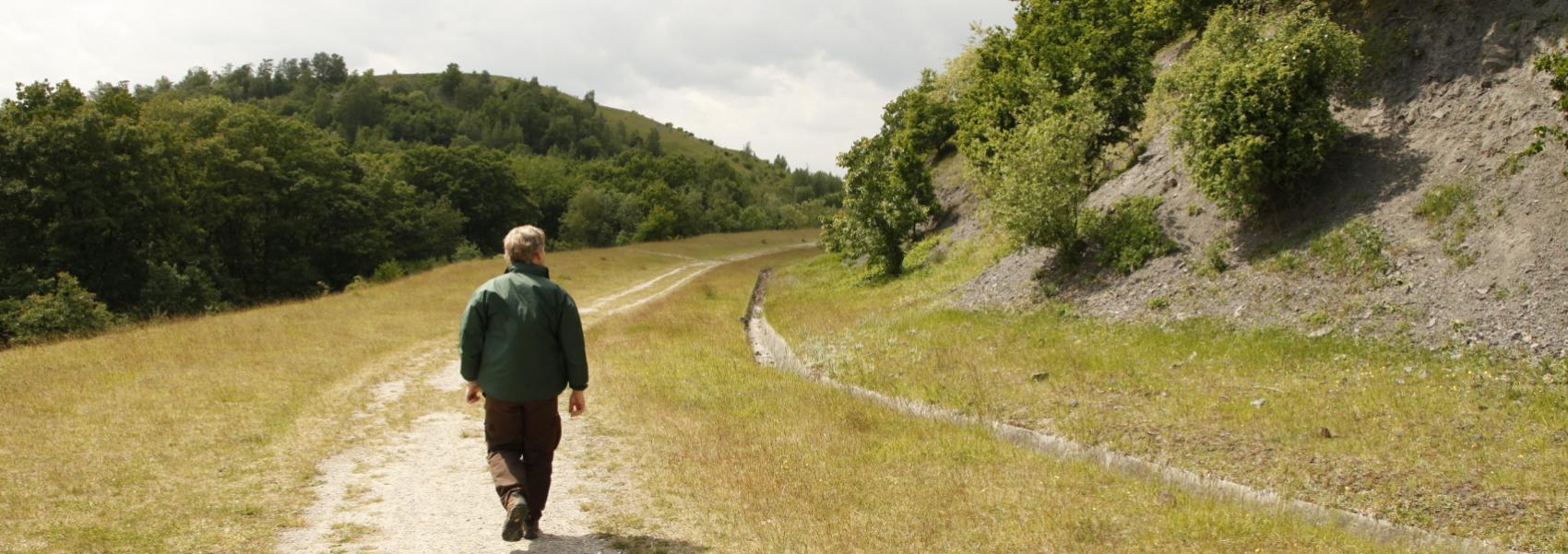wandelaar langs de flank van de terril