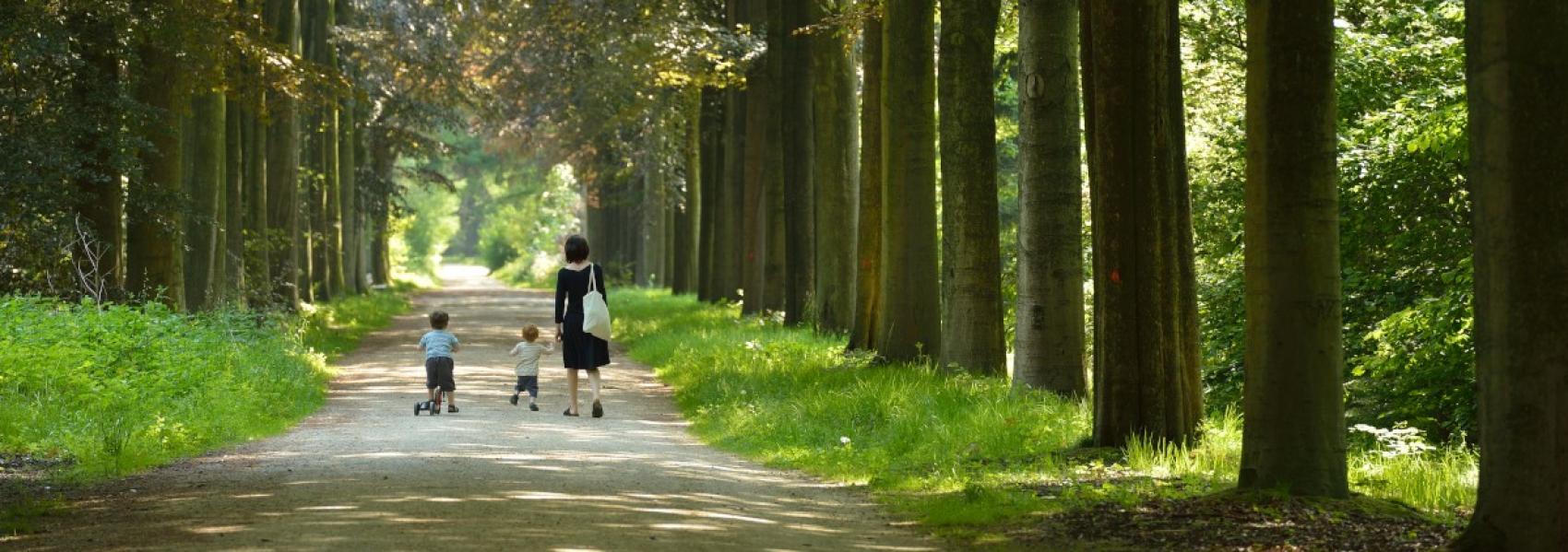 vrouw met kinderen in het bos